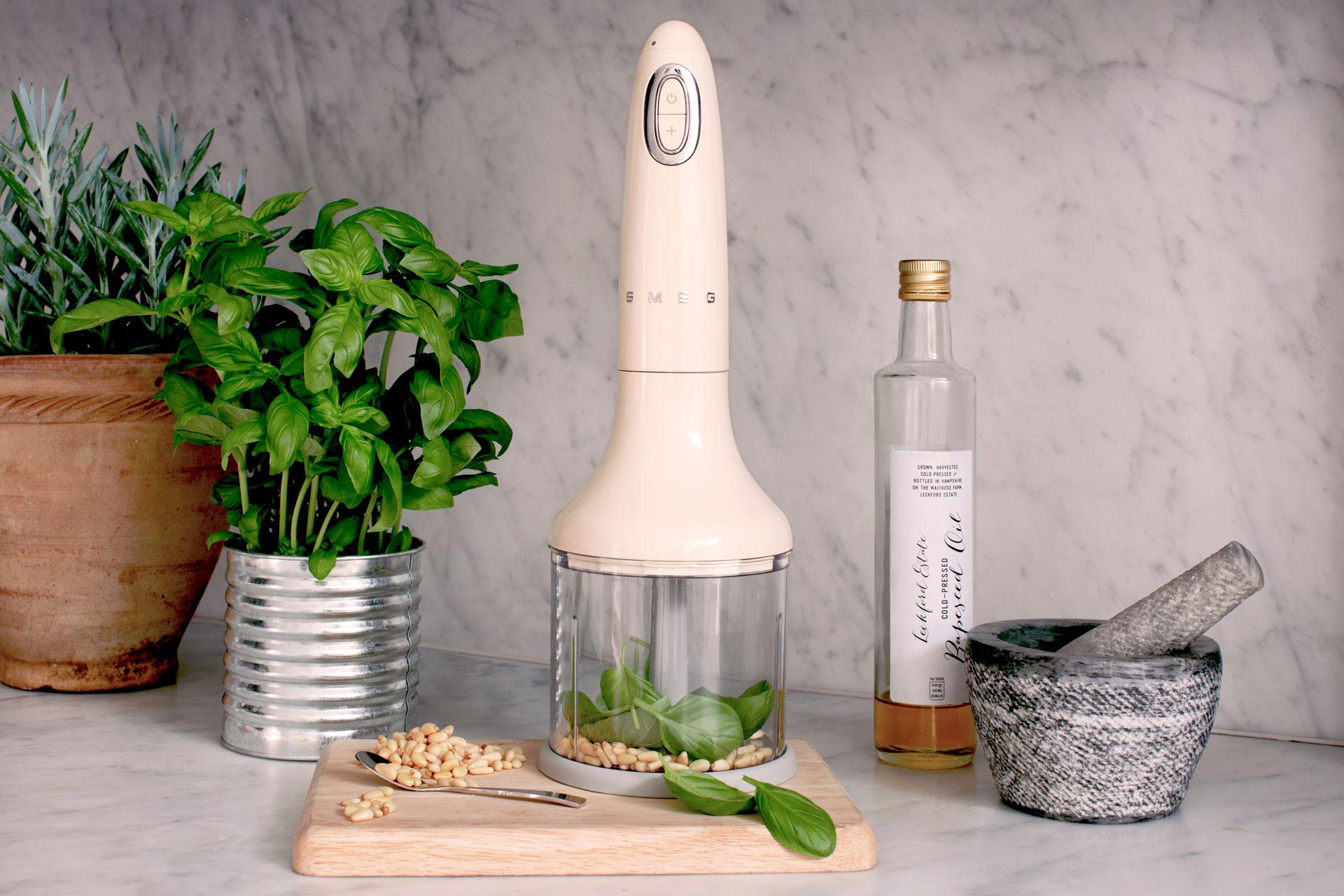 De nieuwe Smeg staafmixer 50's Style heeft een complete set accessoires en is gemaakt om je allerlei nieuwe creatieve recepten uit te laten proberen. Hebben voor de keuken! #smeg #smeglove #smeg50style #staafmixer