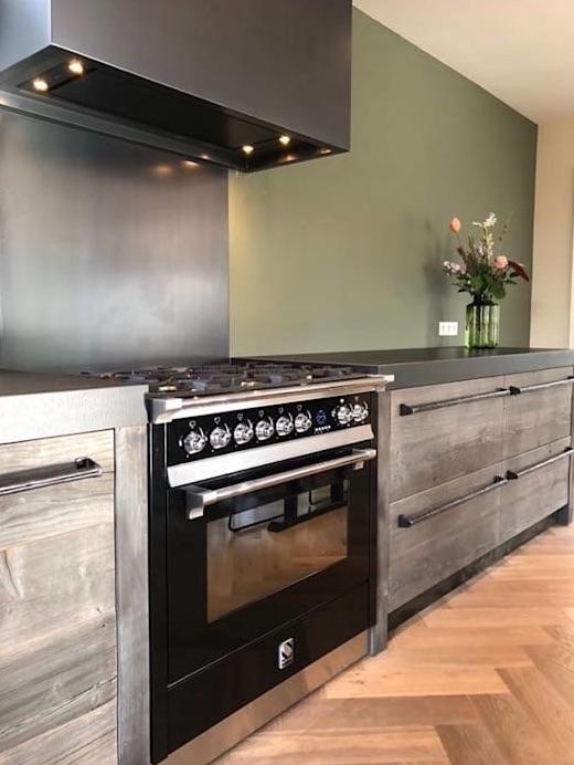 Barnwood houten keuken van restyleXL met klassiek Italiaans fornuis Ascot van Steel #keuken #houtenkeuken #restylexl #fornuis #steel #steelfornuis #ascot