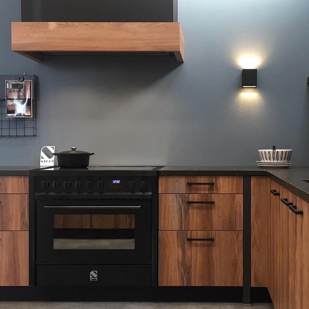 Italiaans zwart fornuis met inductie. Enfasi All Black edition van Steel Cucine #steel #enfasi #fornuis #keukeninspiratie #zwart #keuken