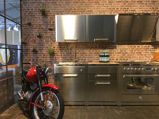 Stalen keuken met industriële look. Modular systeem met fornuis van Steel Cucine #madeinitaly #keuken #keukeninspiratie #steel #steelcucine #fornuis