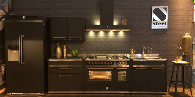 Zwarte keuken van staal met modules van Steel Cucine en Italiaans fornuis Stalen keuken met industriële look. Modular systeem met fornuis van Steel Cucine #madeinitaly #keuken #keukeninspiratie #steel #steelcucine #fornuis
