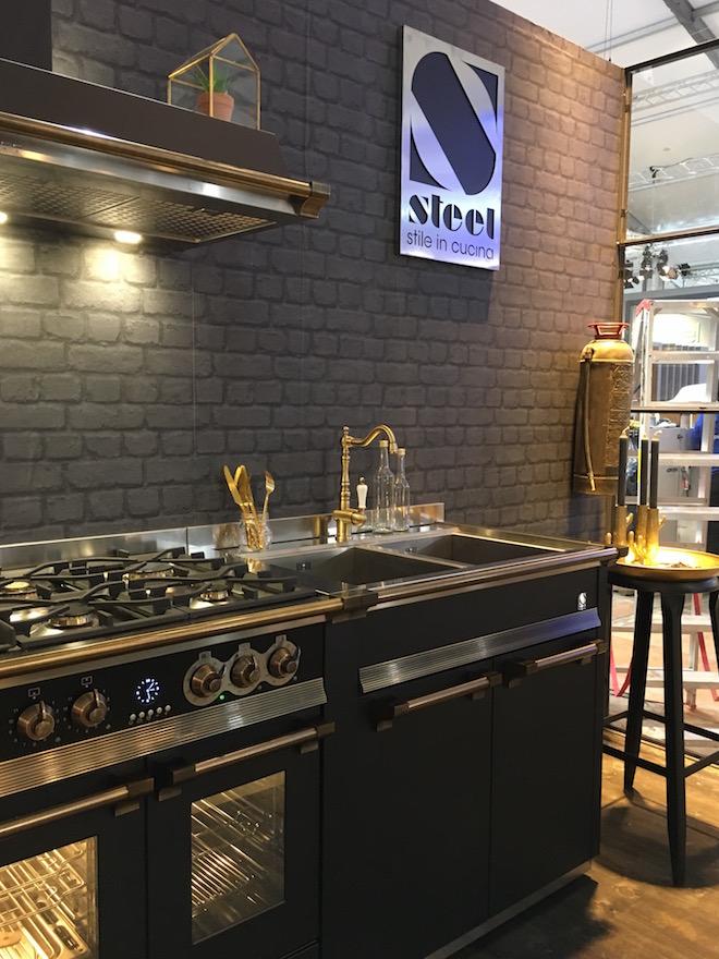Steel Modular Systeem met Itaiaans fornuis en gouden kraan. #steel #steelcucine #keuken #keukeninspiratie #zwartekeuken #fornuis #modularsystem