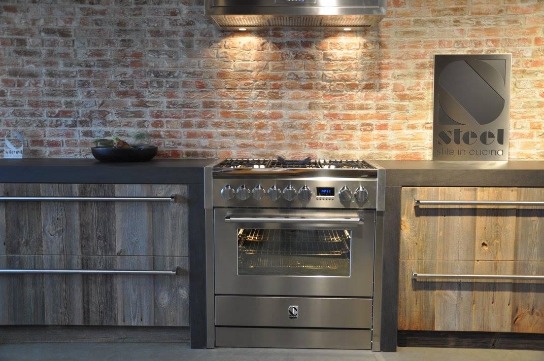 Steel Genesi fornuis in houten keuken van RestyleXL - alles over fornuizen #keuken