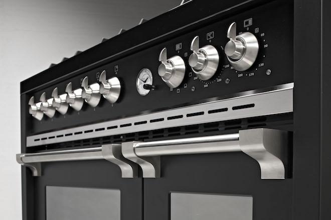 Steel fornuis Oxford met bedieningsknoppen van nikkel. Voor een unieke en duurzame uitstraling. Verkrijgbaar in uitvoering 90 cm en 100 cm #fornuis #keuken #koken #steel