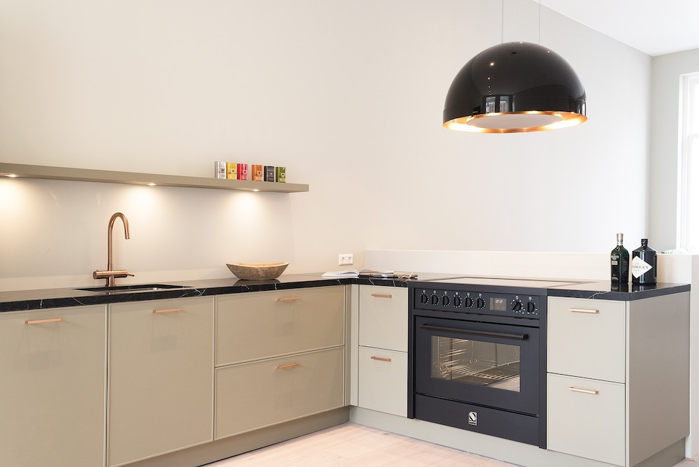 Steel inductiefornuis all black in keuken KitchenStudio