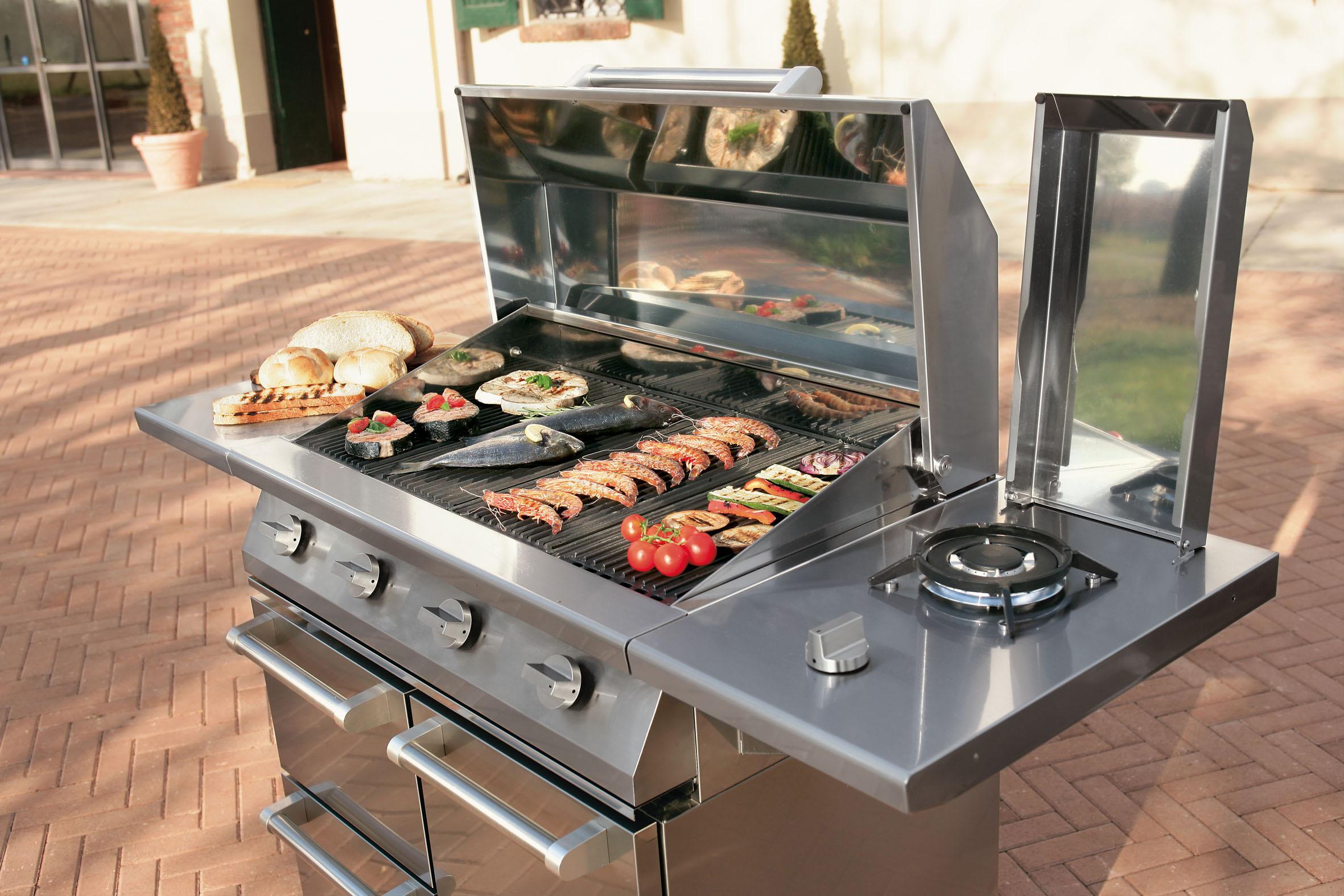 Steel BBQ en buitenkeuken Swing 90 outdoor kitchen. Naar wens uit te breiden met Steel modular system. #buitenkeukens #bbq #tuin #koken #buitenkeuken #steelcucine