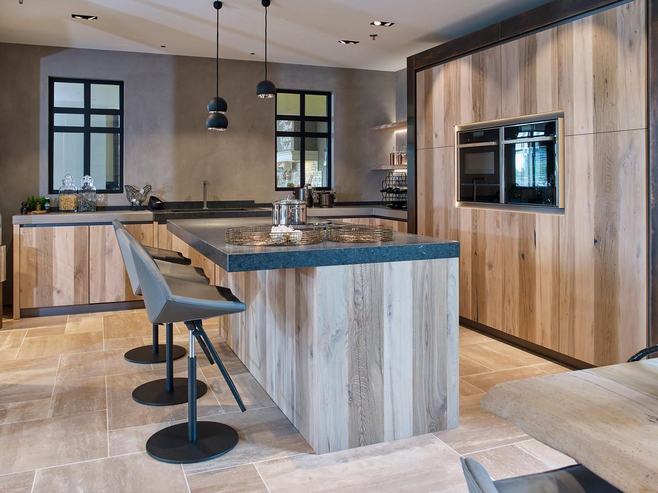 Tieleman Keukens - houten keuken met kookeiland #keuken #kookeiland #keukeninspiratie