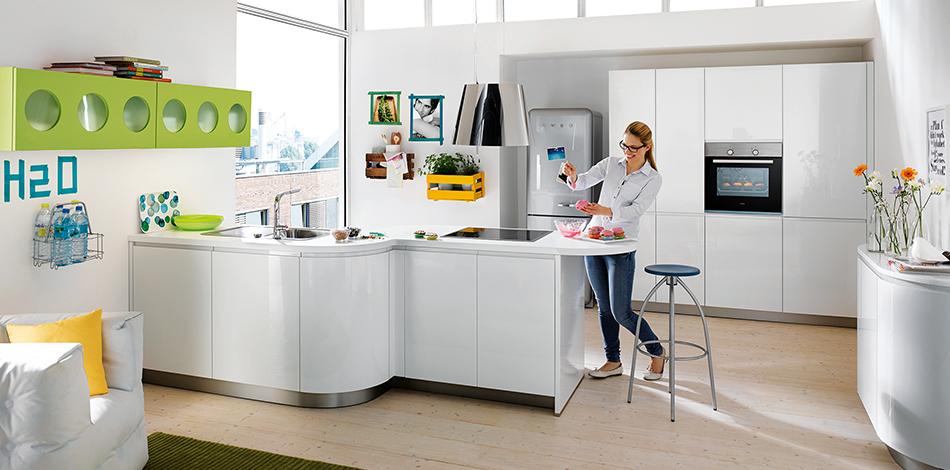 Witte hoogglans keuken met ronde vormen - Schuller Alea via Tieleman Keukens