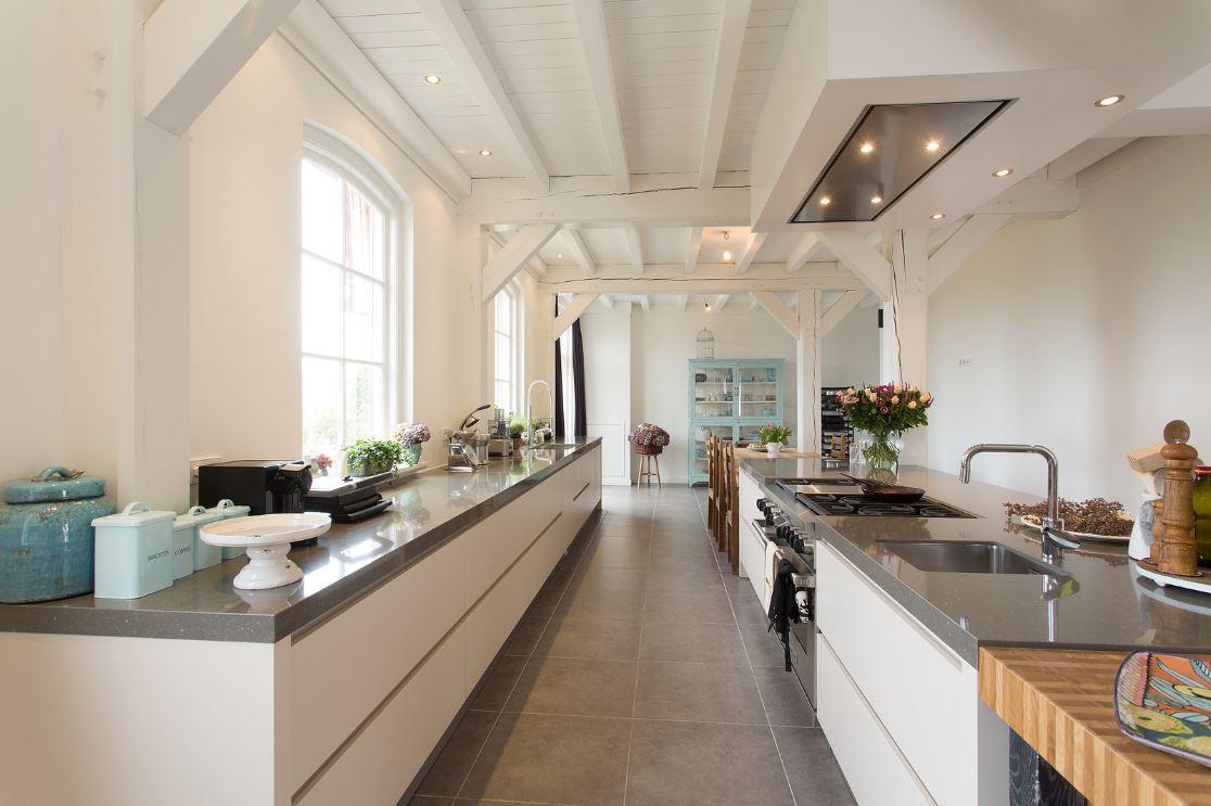 Moderne landelijke keuken  in landelijke keuken Nextline in woonboerderij Katwijk. Geplaatst door Tieleman Keukens