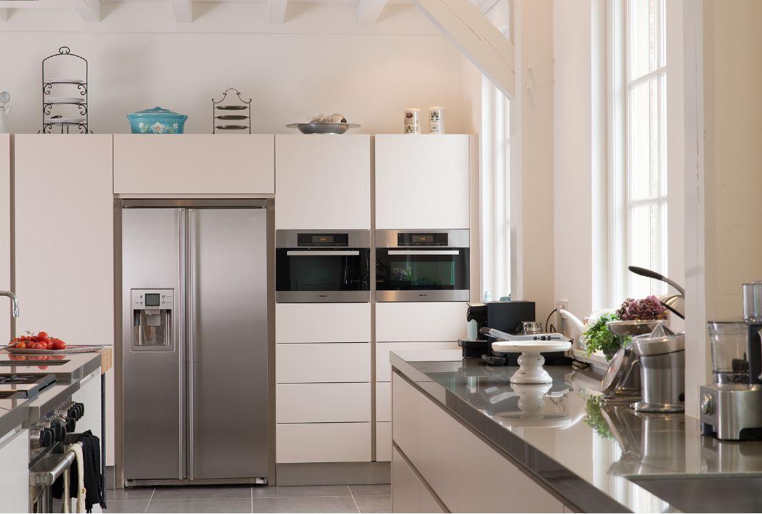 Landelijke keuken in woonboerderij Katwijk. Inbouwapparatuur Miele en Subzero.  Geplaatst door Tieleman Keukens