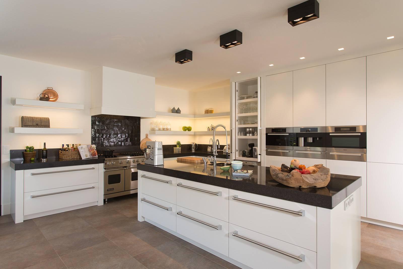 Woonkeuken met keukeneiland met brede lades en Miele inbouwapparatuur. Tieleman Keukens Exclusief Milano #tieleman #miele #keukentrends #keuken