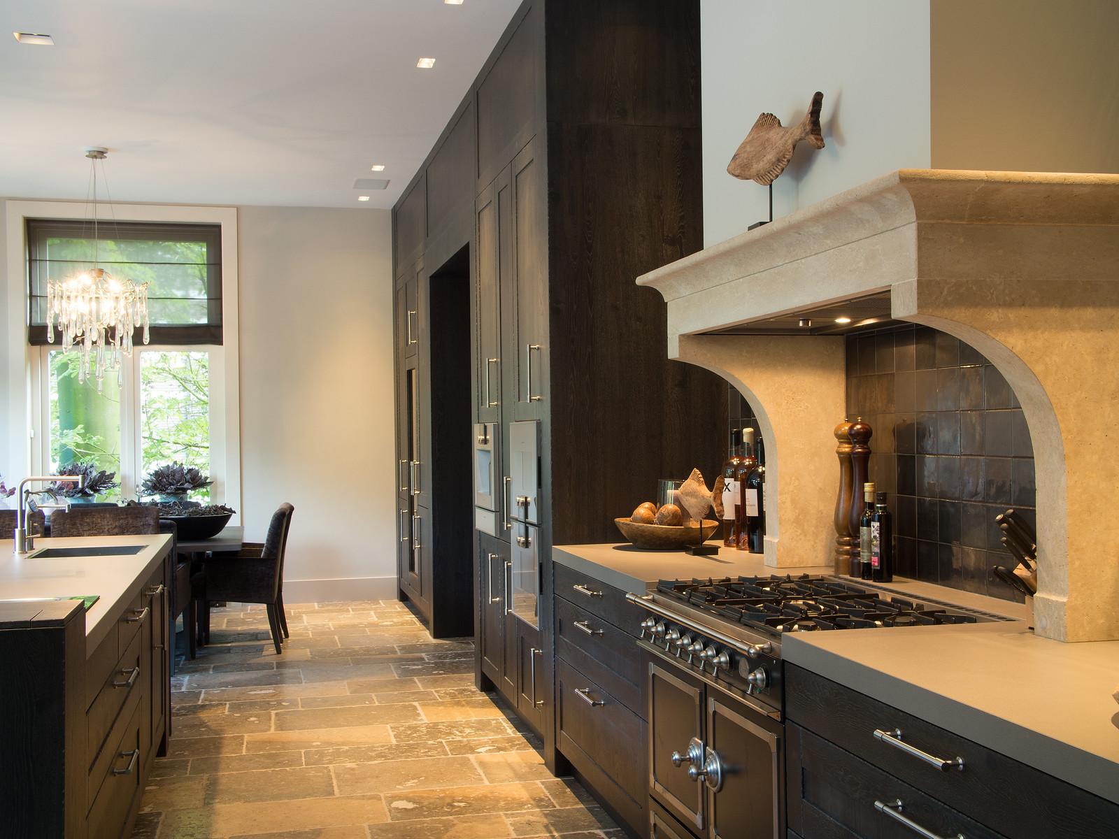 Zwarte keuken in landelijke stijl via Tieleman keukens