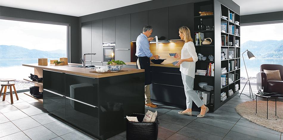 Zwarte keuken hoogglans Schuller Glasline via Tieleman keukens