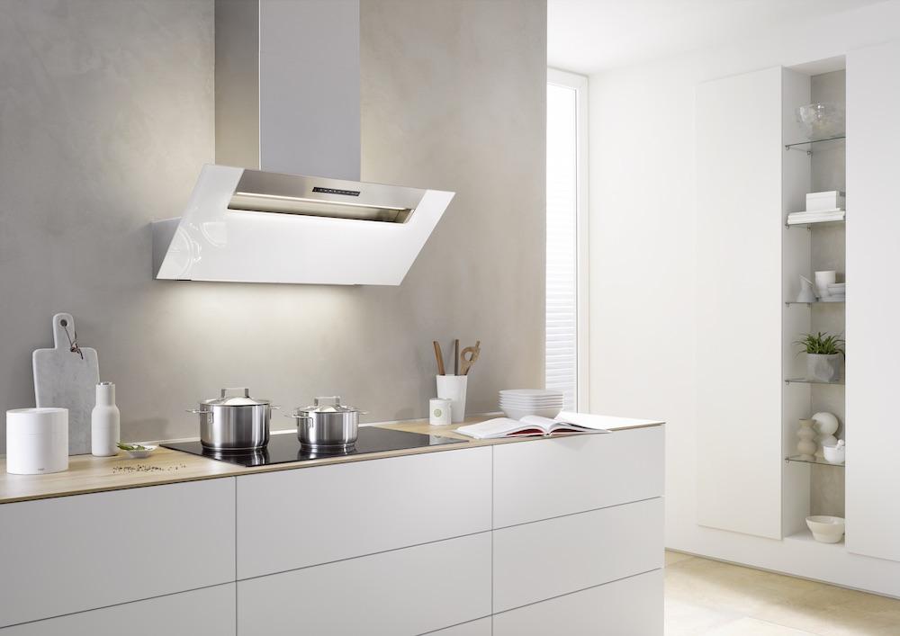 Hoofdvrije witte wandkap boven kookveld - Design afzuigkap met het effectieve berbel principe en zonder vetfilter - berbel ergoline #keuken #design #wandkap #afzuigkap