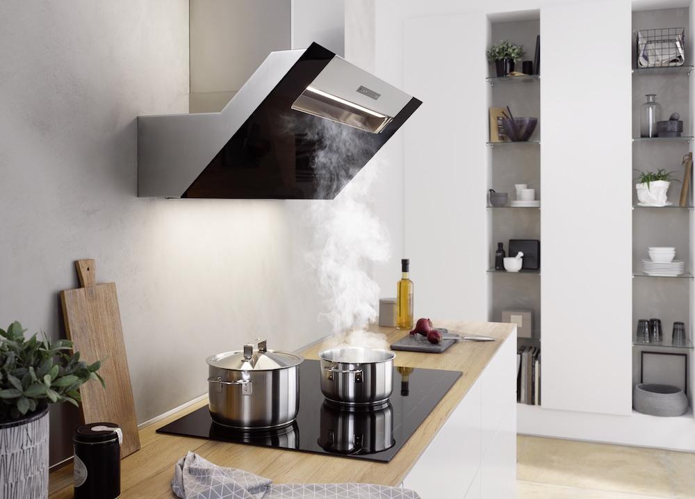 Hoofdvrije zwarte wandkap boven kookveld - Design afzuigkap met het effectieve berbel principe en zonder vetfilter - berbel ergoline #keuken #design #wandkap #afzuigkap
