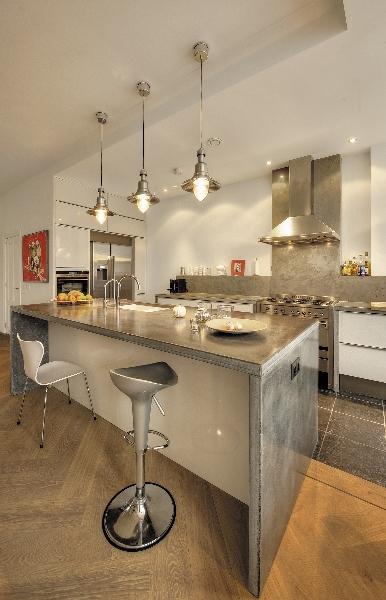 Stoere houten keuken met betonnen werkblad via Betonkeuken.nl