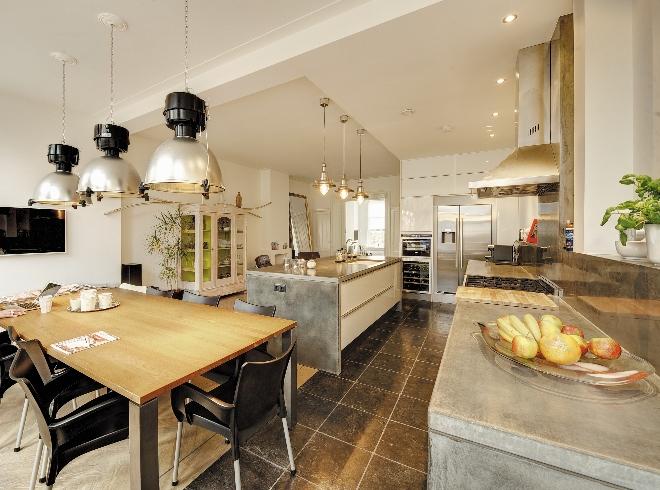 Landelijke keuken met werkblad van beton via Betonkeuken.nl