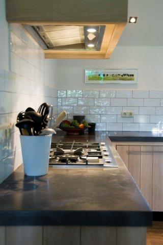 Keukenwerkblad beton in houten keuken   Betonkeuken