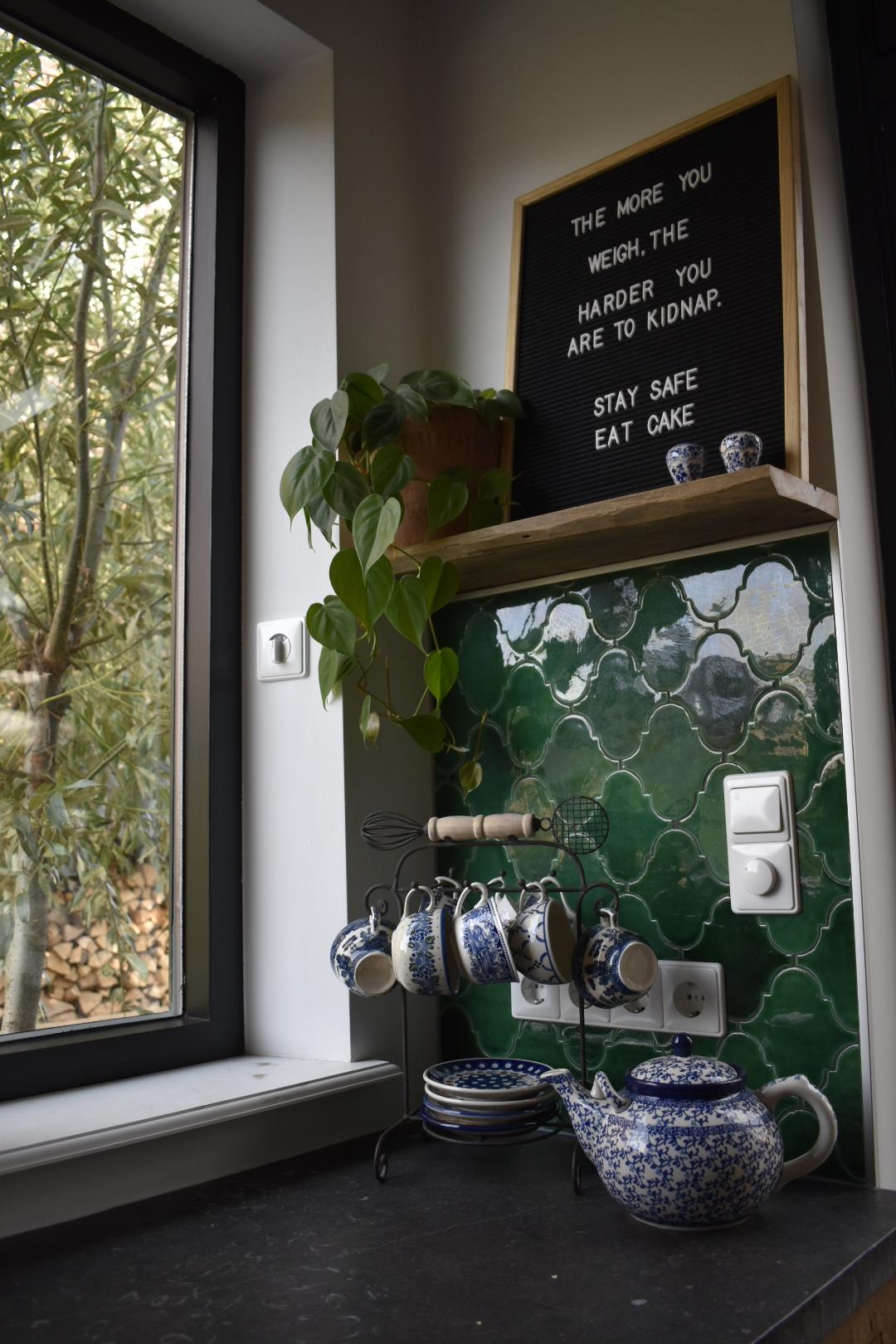 Designtegels op de wand in dekeiken. Spaanse tegels Laterna Verde Cobre #designtegels #keuken #tegels #keukentegels #wandtegels #spaansetegels #keukeninspiratie