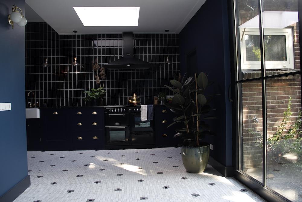Designtegels zwarte keuken. Marmer mosaic hexagone en Flower Bottocino tegels keukenvloer. Achterwand Manual Negro #keuken #keukentegels #keukenvloer #designtegels #mosaic #marmer #zwartekeuken