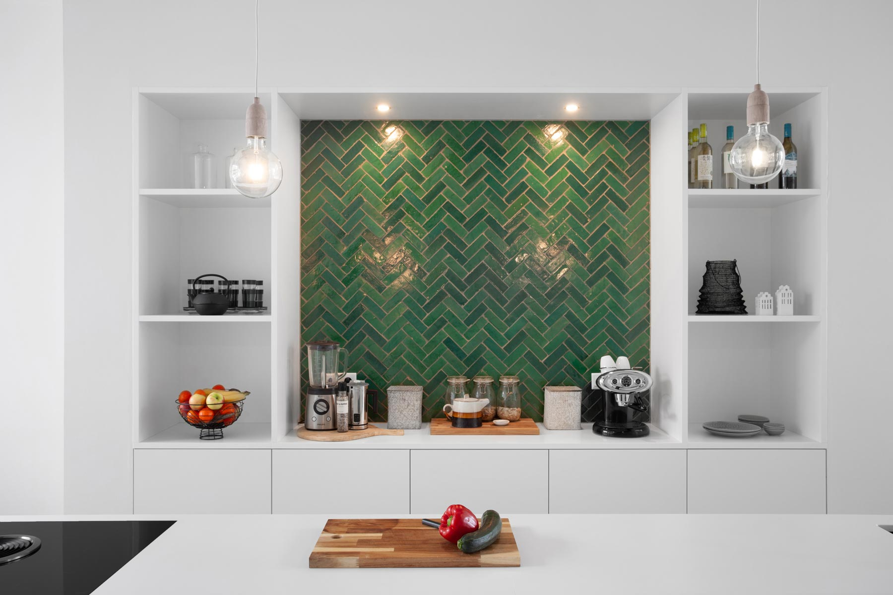 Designtegels keuken. Witte keuken met Marokkaanse tegels Zellige Vert Foncee 02 #keuken #keukentegels #designtegels #marokkaans #tegels #zellige