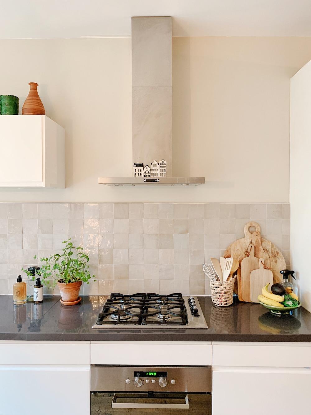 Designtegels witte keuken. Achterwand Marokkaanse vellige ecru #keuken #keukentegels #designtegels #achterwand #tegels