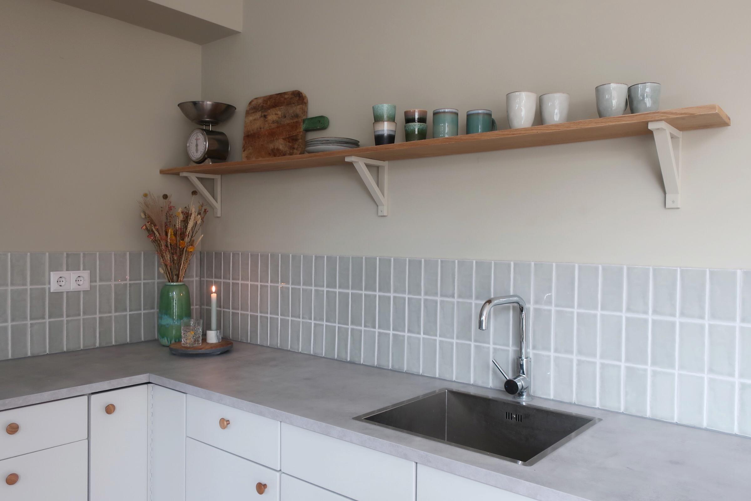 Designtegels achterwand keuken. Witte keuken met Spaanse tegeltjes Manual 6.5x15 Gris #designtegels #keuken #keukentegels #achterwand #spaansetegels #wittekeuken