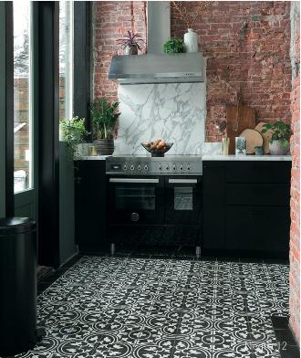Keuken met vloer van Portugese cementtegels via Designtegels #keuken #keukenvloer #designtegels #portugesetegels #cementtegels #patroontegels