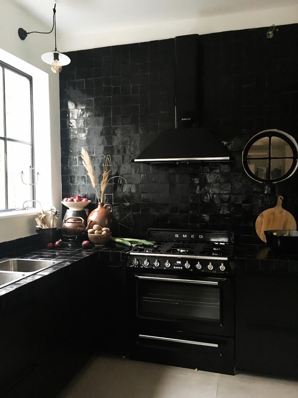 Zwarte keuken met designtegels Marokkaanse Zellige en platte noir #keuken #zwartekeuken #designtegels #tegels #zellige #platta
