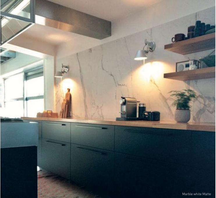 Zwarte keuken met marmer look tegels op de achterwand. Keramische tegels van Designtegels.nl #marmer #keuken #keukentegels #designtegels #tegels #marmerlook #zwartekeuken