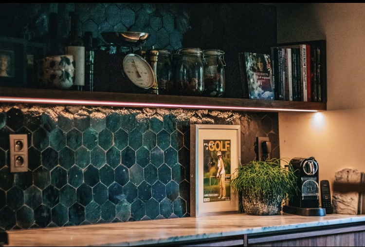 Marokkaanse tegels in de keuken. Zellige hexagone #Designtegels #hexagone #keuken #keukeninspiratie #houtenkeuken