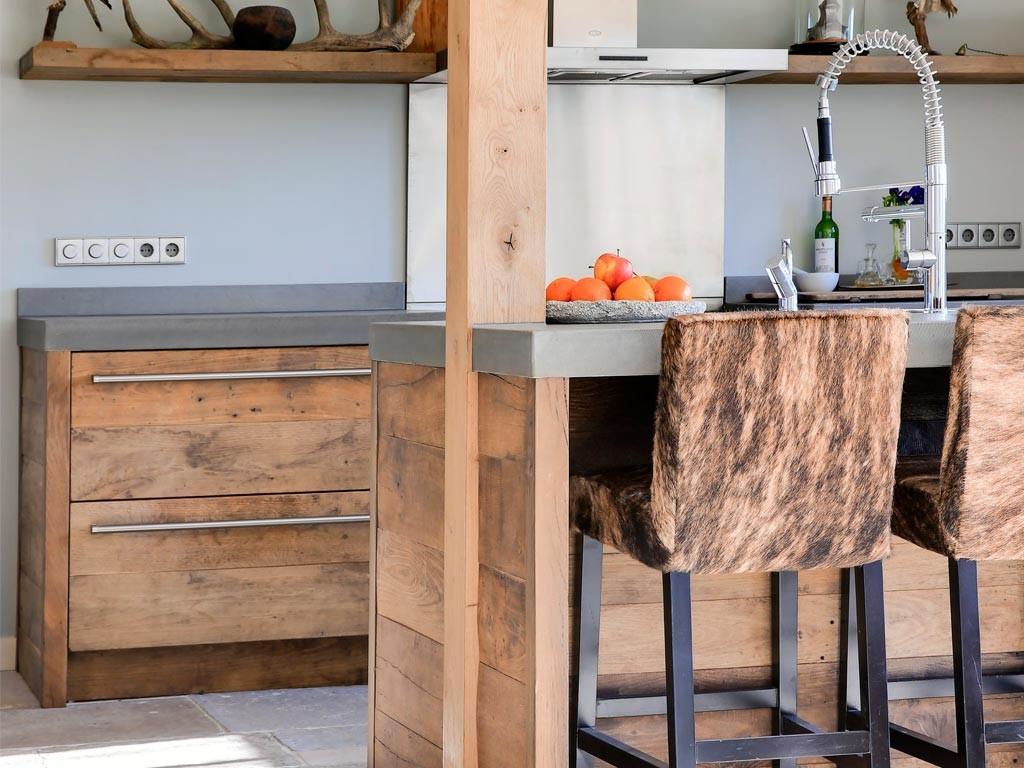 Landelijke keuken van oud hout met keukeneiland en ontbijtbar via RestyleXl #keuken #kookeiland #houtenkeuken