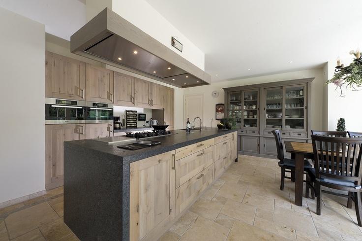 Landelijke keuken van hout met groot kookeiland via Tieleman Keukens #keuken #kookeiland #houtenkeuken #woonkeuken