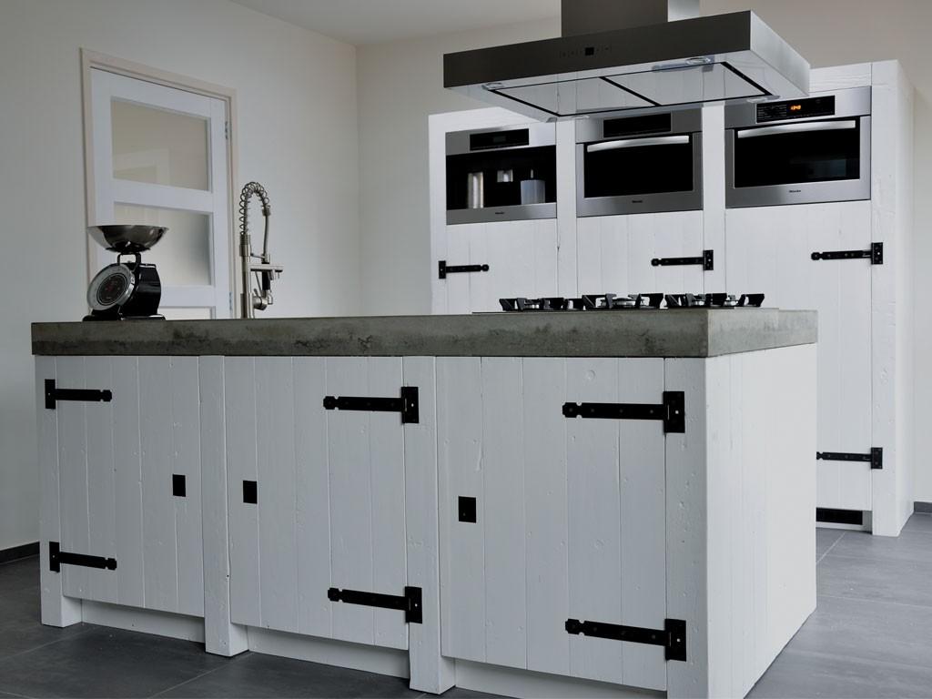Witte houten keuken met kookeiland met werkblad van beton via restyleXL #keuken #kookeiland #houtenkeuken