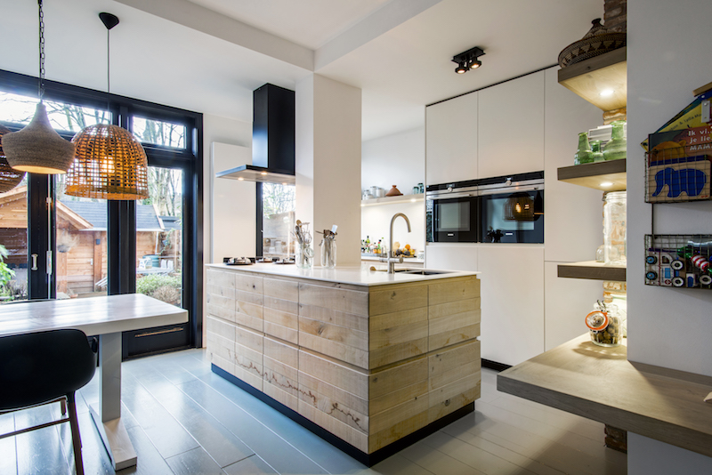 Houten kookeiland in witte keuken via JP Walker #keuken #kookeiland #houtenkeuken
