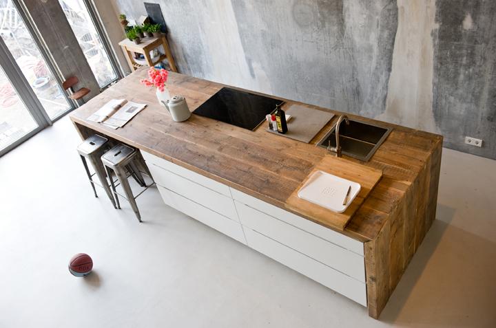Houten kookeiland van oud hout met ontbijtbar in woonkeuken via RestyleXl #keuken #kookeiland #houtenkeuken