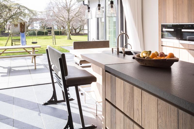 Kookeiland met zitje - bar in houten keuken van Tinello #kookeiland #keuken #hout #tinello