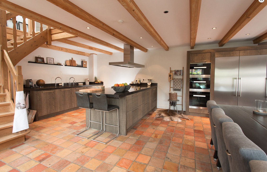 Landelijke houten leefkeuken met houten keukeneiland van Tieleman Keukens #keuken #kookeiland #houtenkeuken