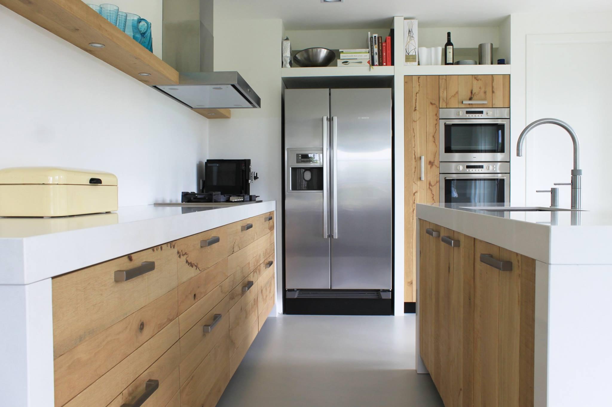 Houten keuken met keukeneiland en wit Silestone werkblad via JP Walker