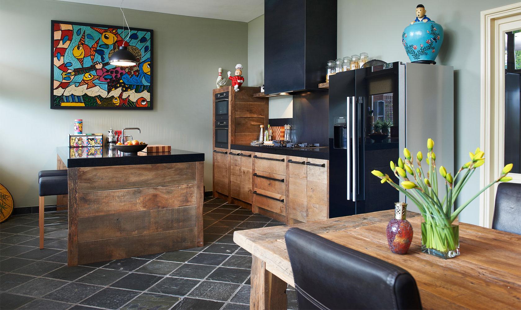 Houten leefkeuken met keukeneiland en bar van ruw eikenhout via RestyleXL #keuken #restylexl #houtenkeuken