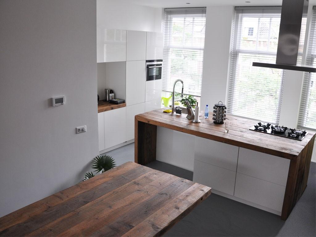 Houten kookeiland met houten frame en witte kastfronten via RestyleXL #keuken #kookeiland #houtenkeuken