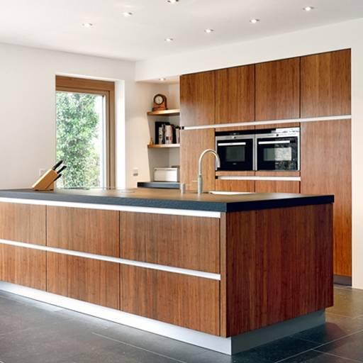 Houten keuken van duurzaam bamboe met kookeiland van Kitchzen via keukenspecialist.nl #keuken #kookeiland #houtenkeuken