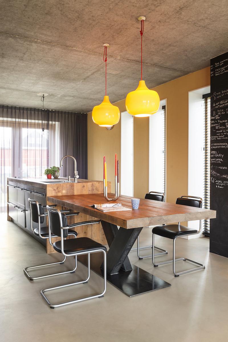 Houten keuken met keukeneiland met grote houten eettafel. Keuken en houten tafel van restyleXL #restylexl #houtenkeuken #eettafel #houtentafel #keukeninspiratie