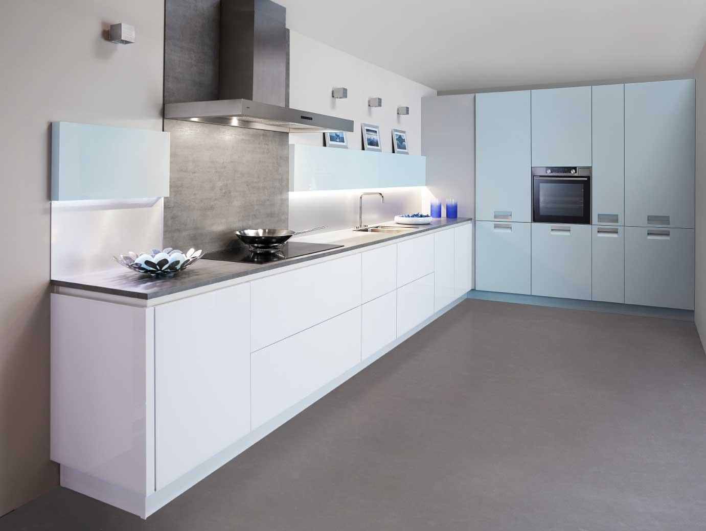 Blauwtinten zijn de keukentrend voor het nieuwe woonseizoen. Met een witte basis en trendy materialen als glas en chroom. Keuken: Edena van Keller Keukens #keukentrend #woontrend #blauw #keuken #keller #keukeninspiratie