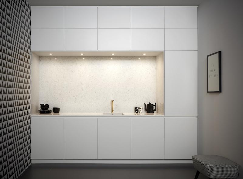 Moderne keuken wit met de greeplijst in dezelfde kleur als de keukenfronten. Keller keuken GL5100 & Crystal Zijdeglanslak Wit #kellerkeukens #keukeninspiratie #wittekeuken #modernekeuken #keuken