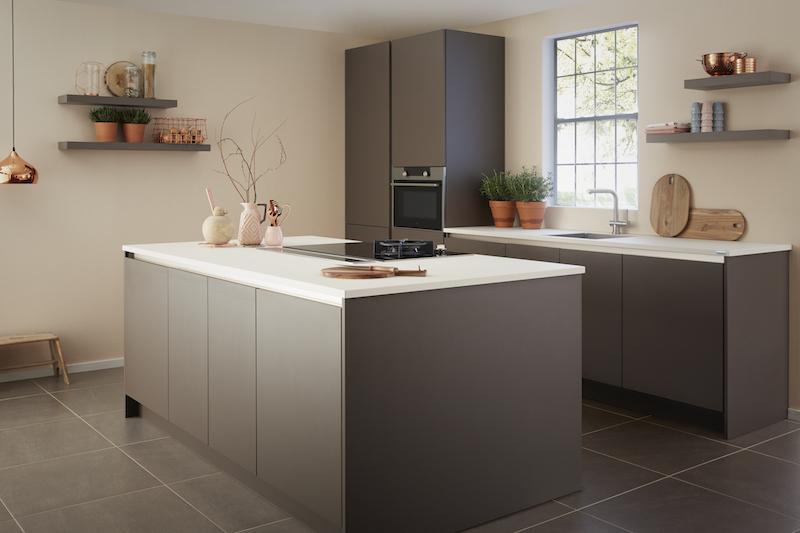 Moderne greeploze keuken met kookeiland. Keller keuken GL2000 Truffel #keukeninspiratie #kellerkeukens #keuken #kookeiland #modernekeuken