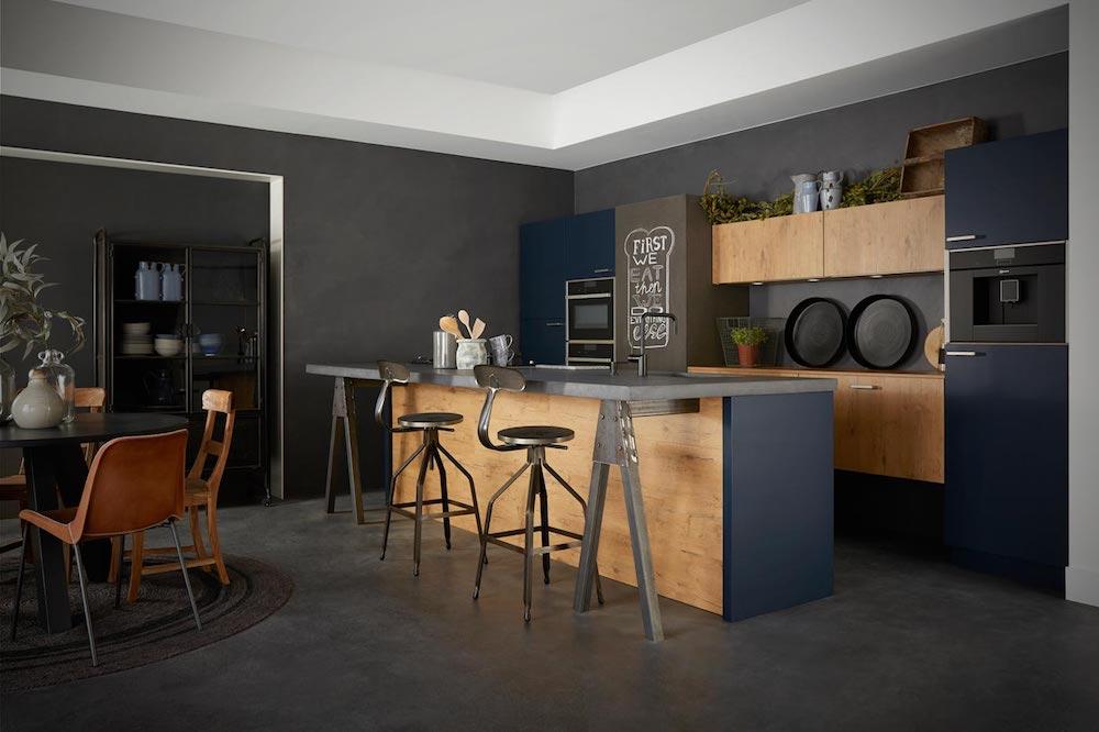 Industriele keuken via Keller keukens. Zwarte keuken met kenmerken als hout, metaal, beton en steen. #keuken #keukeninspiratie #kellerkeukens #industrielekeuken