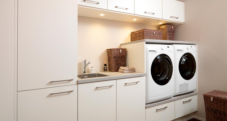Witte bijkeuken met spoelbak, wasmachine en droger via Keller keukens #bijkeuken #kellerkeukens #keuken #keukeninspiratie