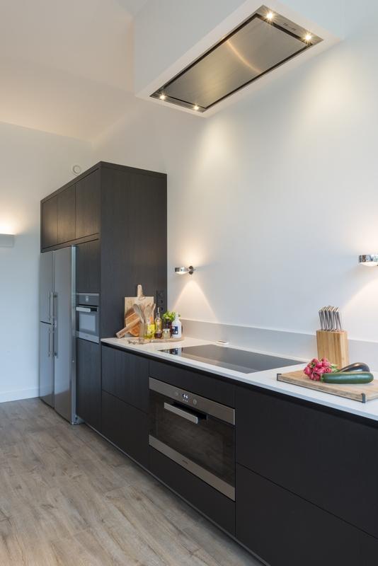 Van keuken naar open woonkeuken. Prachtige moderne design keuken op maat gemaakt door Keukenmeyt. Apparatuur is van Miele. Houten keuke in geborsteld eiken met composieten aanrechtblad met marmer motief #keuken #keukenmeyt #woonkeuken #leefkeuken #houtenkeuken