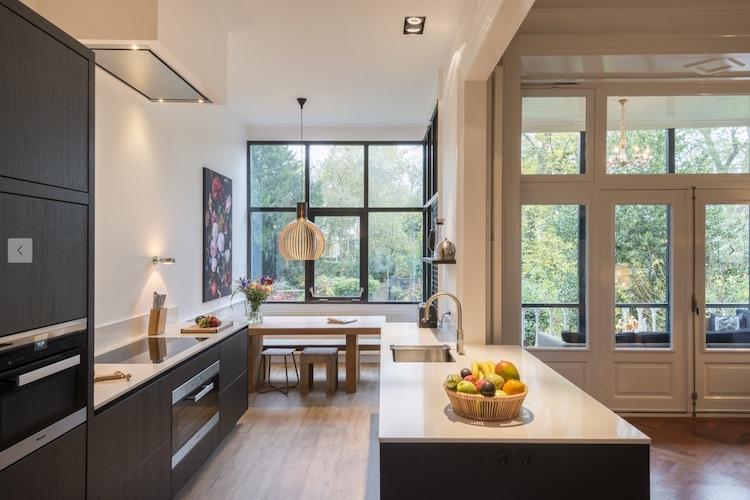 Van keuken naar open woonkeuken. Prachtige moderne design keuken op maat gemaakt door Keukenmeyt. Apparatuur is van Miele. Houten keuke in geborsteld eiken met composieten aanrechtblad met marmer motief #keuken #keukenmeyt #woonkeuken #leefkeuekn #houtenkeuken